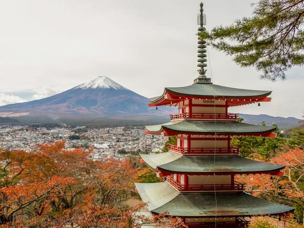 Vista della montagna fuji e della pagoda di chureito, yamanashi, giappone.