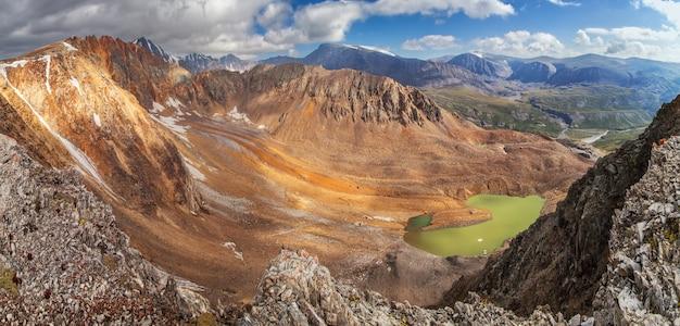 Vista della gola di montagna dal passo di montagna, rocce colorate, un lago insolito.