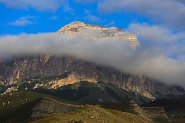 Vista dell'altopiano tra le nuvole in estate nel caucaso settentrionale in russia.