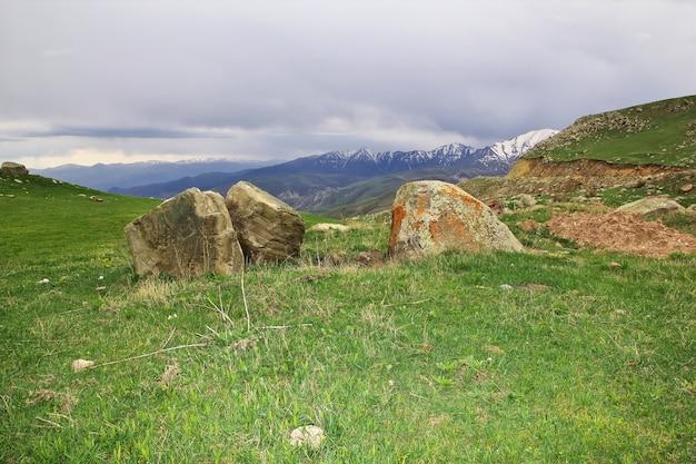 La vista delle montagne del caucaso in armenia