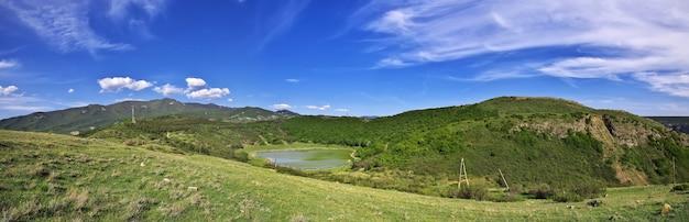 La vista su montagne e fiumi a jvari della georgia