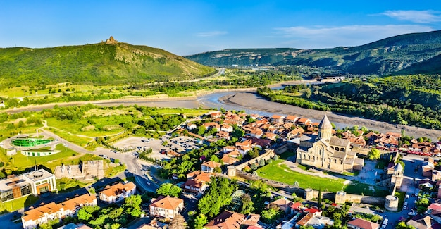 Vista di mtskheta con la cattedrale di svetitskhoveli e il monastero di jvari, georgia