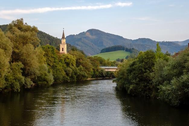 Vista del fiume della mur con la chiesa a leoben, austria