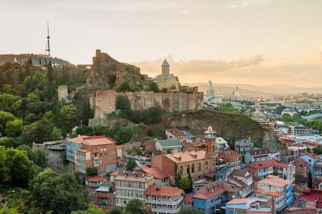 Vista sulla fortezza di narikala e abanotubani nell'antico quartiere di tbilisi, georgia