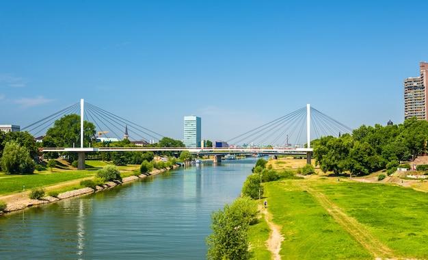 Vista del fiume neckar a mannheim - germania