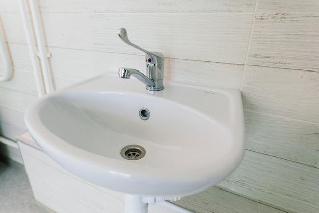 Vista di una nuova toilette e bagno interno per ospedale, bianco e pulito