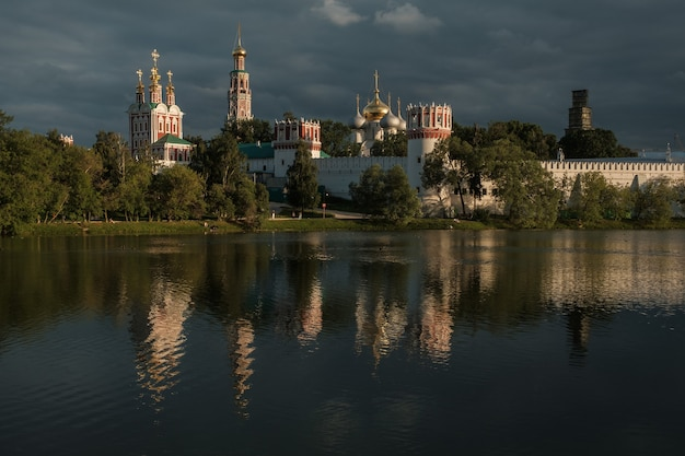 Vista del convento di novodevichy attraverso lo stagno.