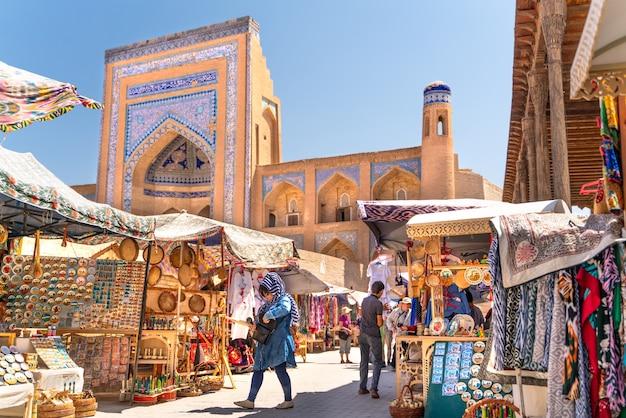 La vista o famosa strada del bazar a khiva