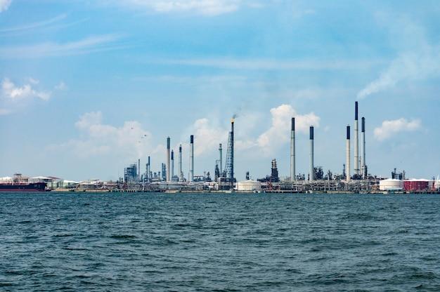 Vista della raffineria di petrolio onshore dal mare.