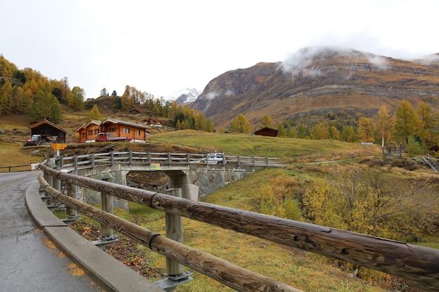 Vista del vecchio edificio sulla stazione della funivia furi in autunno e giornata piovosa. nel villaggio di furi, zermatt, svizzera.
