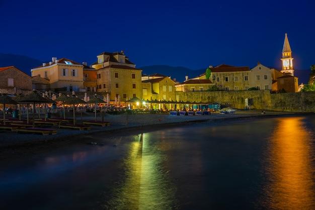 Vista notturna della città vecchia di budva.