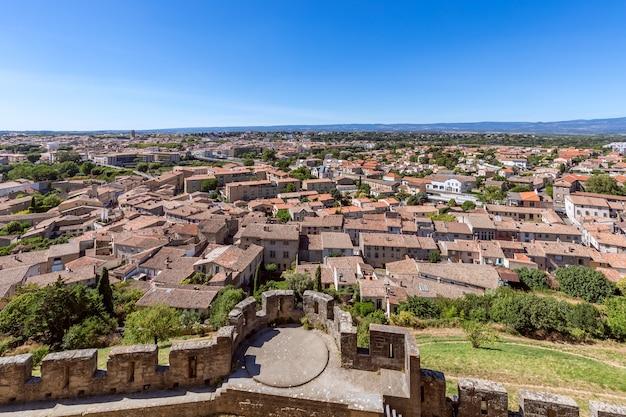 Vista della città vecchia dalle mura del castello della città di carcassonne