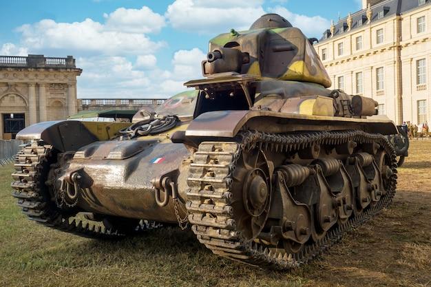 Vista del vecchio carro armato francese militare