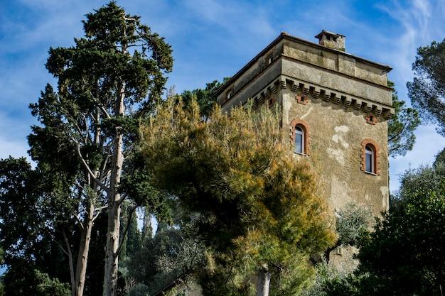 Vista alla vecchia torre su una collina a portofino, italy