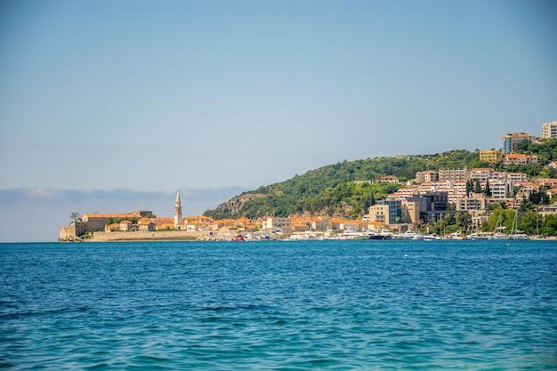 Vista della città vecchia dalla costa di budva in montenegro.