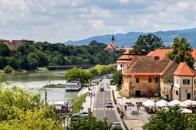 Vista della città vecchia e del fiume in slovenia