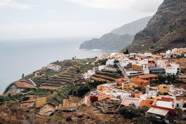 Vista della città vecchia sulla roccia dell'isola di la gomera, isole canarie, spagna.