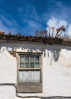 Vista di una vecchia finestra con frontone in una tradizionale facciata coloniale nella città