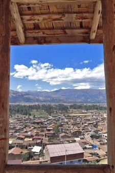 Vista della città di orcotuna in una cornice