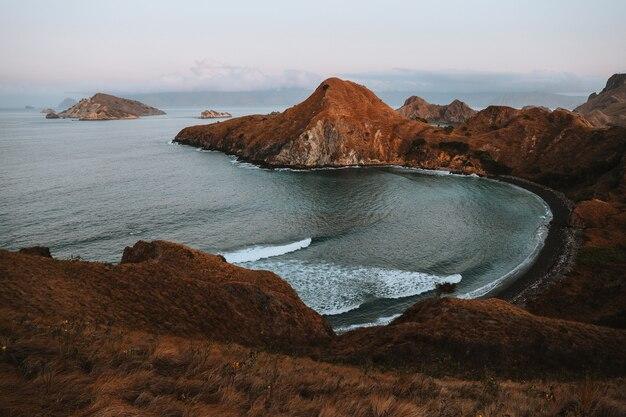 Vista dell'isola di padar con spiaggia esotica a labuan bajo