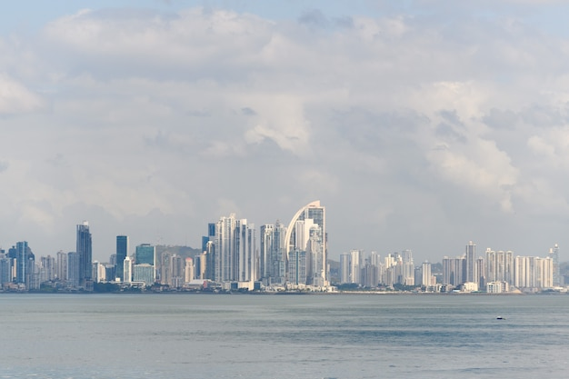 Vista sulla città di panama dal mare durante il giorno panorama della città edifici moderni
