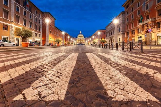 Vista della basilica papale di san pietro in vaticano o cattedrale di san pietro durante l'ora blu mattutina a roma, italia.