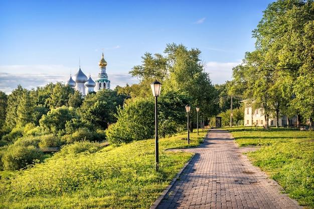 Vista del parco e delle cupole della cattedrale di santa sofia a vologda in una mattinata di inizio estate