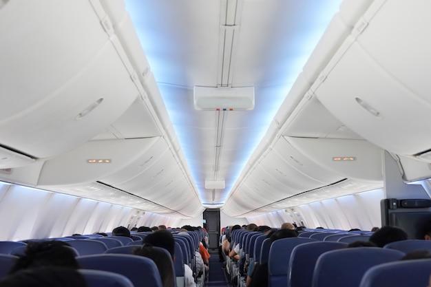 Vista dei passeggeri sui sedili all'interno dell'aeroplano
