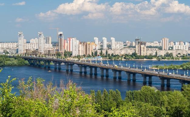 Vista del ponte paton e della riva sinistra del fiume dnieper a kiev
