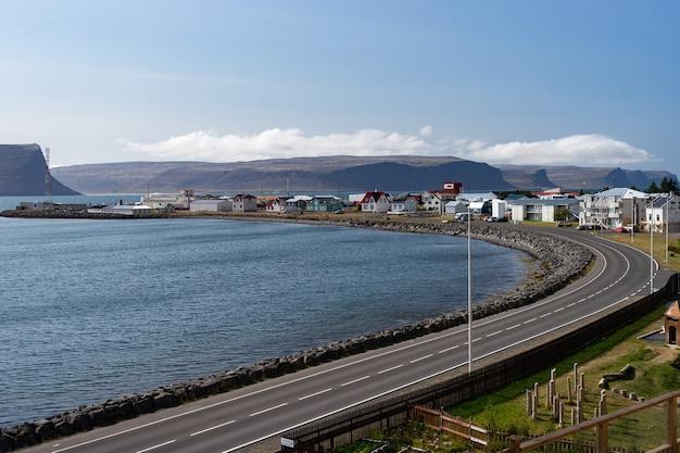 Vista della città di patreksfjordur nel fiordo occidentale durante l'estate