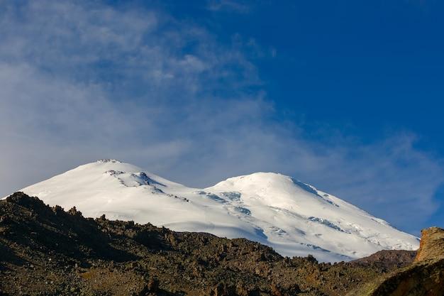 Vista sulle vette del monte elbrus con le nuvole nel cielo.
