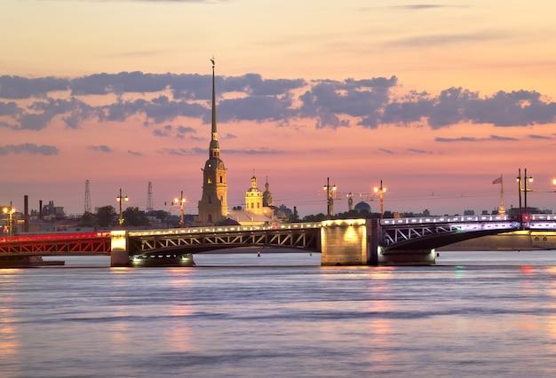 Vista della cattedrale di pietro e paolo all'alba il ponte del palazzo con le luci notturne