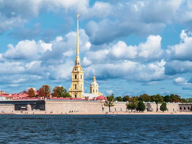 Vista della fortezza di pietro e paolo dal fiume neva a san pietroburgo in russia