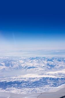 Vista dell'ala dell'aereo con il tacchino della neve