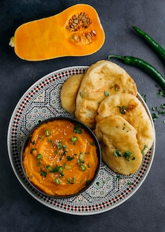 Vista sopra il piatto con cibo pakistano