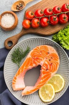 Sopra piatto vista con salmone e limone