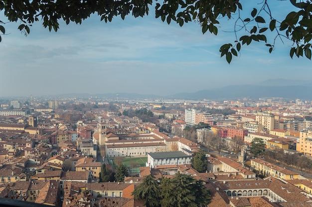 Punto di vista dal castello sulla città di brescia in una giornata limpida e soleggiata contro un cielo blu brillante. castello di brescia. brescia, lombardia, italia.