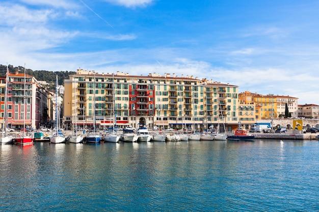 Vista sul porto di nizza e yacht di lusso, costa azzurra, france