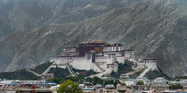 Vista del palazzo potala di fronte alle montagne, lhasa, tibet, cina