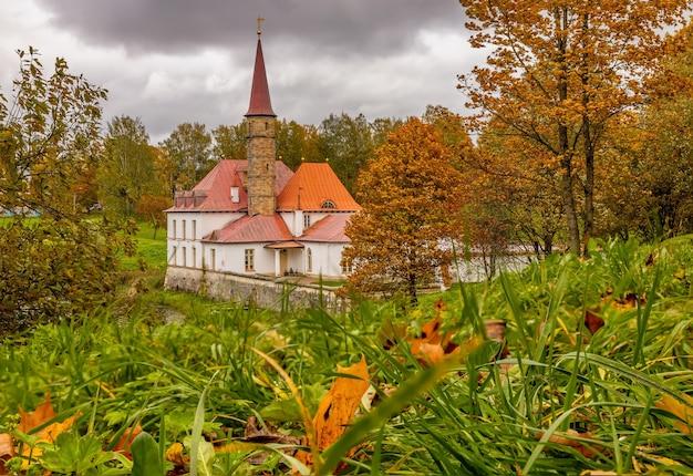 Vista del palazzo del priorato in un giorno nuvoloso autunnale gatchina san pietroburgo russia