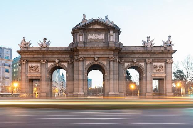 Veduta di puerta de alcala, uno dei simboli della città di madrid in spagna.