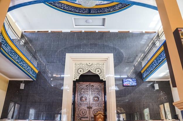 Vista del pulpito dove l'imam guida le preghiere nella moschea