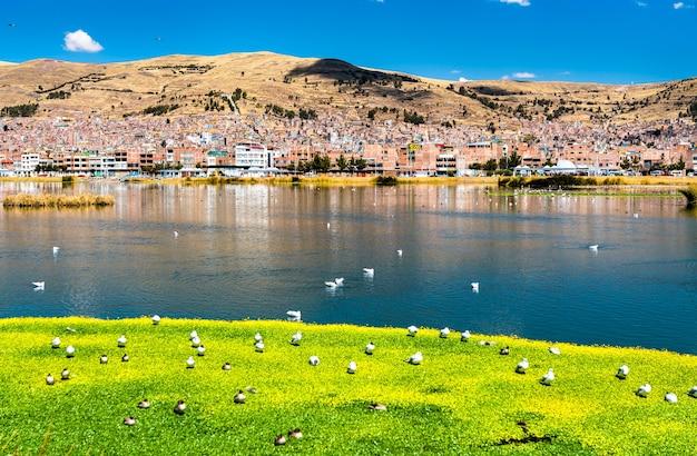 Vista di puno dal lago titicaca in perù