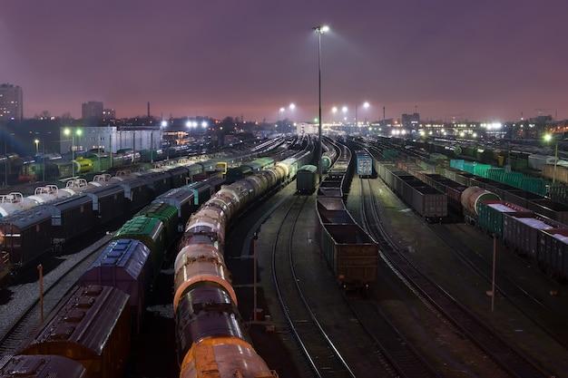 Vista di un cantiere ferroviario di notte