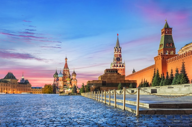 Vista della piazza rossa di mosca. cattedrale di san basilio e torre spasskaya Foto Premium