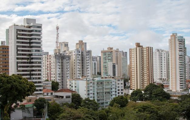 Vista di edifici residenziali nella città di salvador bahia brasile.