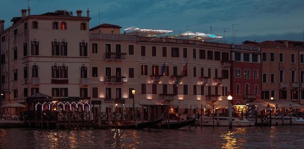 Vista del ristorante alla banchina della città in estate barca parcheggiata