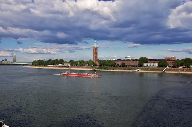 La vista del fiume reno a colonia, germany