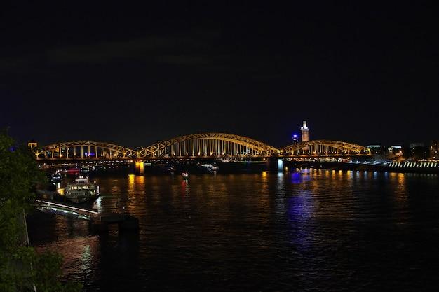 La vista sul fiume reno di notte a colonia germany