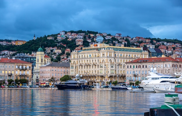 Vista della città di rijeka in croazia